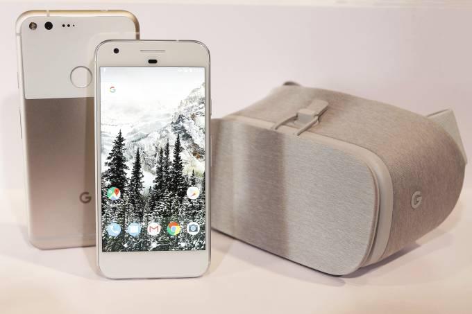 A nova linha de smartphones do Google, Pixel, e o óculos de realidade virtual da empresa, o Daydream View (Beck Diefenbach/Reuters)